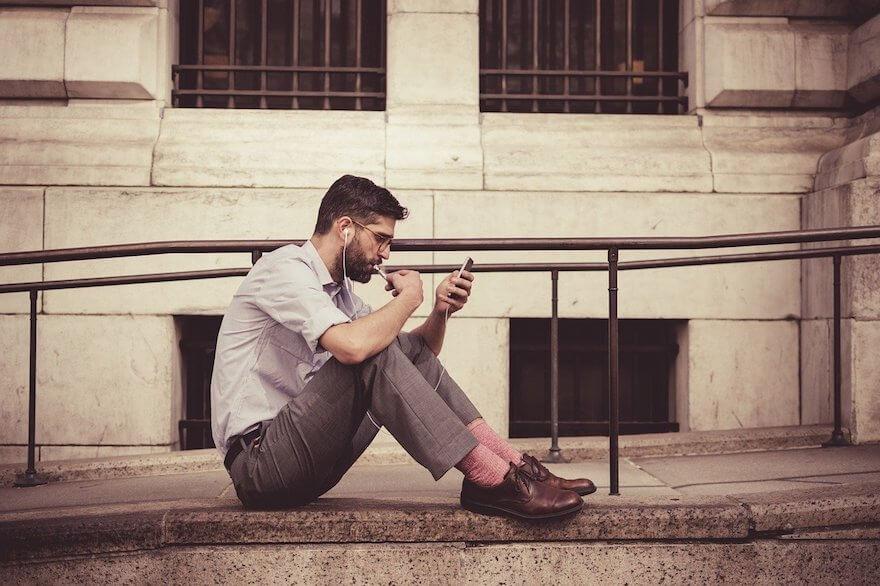 イヤホンで音楽を聴く男性